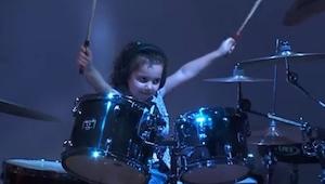 Mała dziewczynka usiadła za perkusją, chwilę później byłem pod wielkim wrażeniem