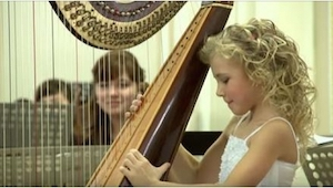 9-latka siedziała nieruchomo do momentu, aż rozpoczął się koncert. Chwilę potem