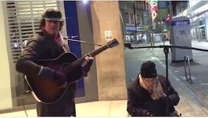Zaczął grać na gitarze, ale lepiej przypatrzcie się uważnie mężczyźnie na wózku.