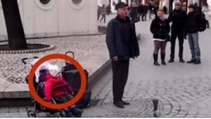 Gdy tylko zaczął śpiewać, dziewczynka nie mogła się powstrzymać przed zrobieniem