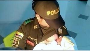 Policjantka wzięła na ręce głodnego noworodka, a to, co zrobiła potem już bije r