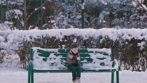 Chłopiec bez kurtki siedzi na ławce. Jak myślisz co zrobią Polacy?
