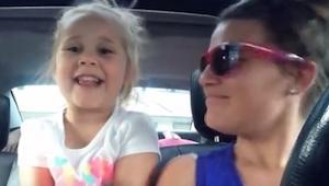 Mama z córką śpiewają swoją ulubioną piosenkę, to trzeba zobaczyć!