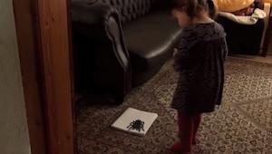 Jego córka zobaczyła ogromnego pająka... Gdy podeszła bliżej była w szoku!
