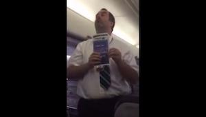 To, co zrobił ten steward, ubawi Was do łez! Z taką obsługą to ja mogę latać :)