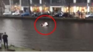 Do wody stoczyło się auto z uwięzionym w środku noworodkiem. Czterech nieznajomy