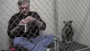 To dlaczego zamknął się w klatce ze skrzywdzonym psem porusza do łez!