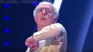 Na scenie pojawił się starszy pan. Początkowo tylko stał, ale po chwili zrobił c