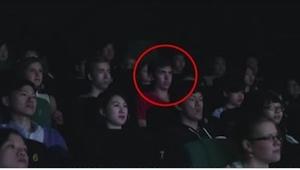 Dostał sms, gdy był w kinie... To, co stało się sekundę później, wprawiło w osłu