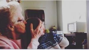 Nie chcieli go rodzice, więc zaopiekowała się nim własna babcia. Sposób, w jaki