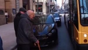86-letni mężczyzna ma jechać tym autobusem po raz ostatni w życiu, jednak nigdy