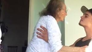 Młody chłopak opiekuje się swoją schorowaną babcią. Gdy włączył radio? Musicie t