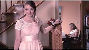 Gdy zeszła na dół w swojej sukni na bal maturalny, nie przypuszczała, że jej mam