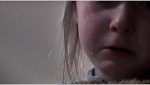 Ta dziewczynka już nie żyje. Zabił ją własny ojciec. Wyjaśnienie znajduje się w