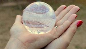 To nie są typowe ozdoby ze szkła. To, co znajduje się w środku, wywołuje lekkie