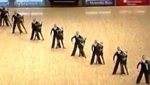 Tancerze ustawili się w linii, a kiedy rozdzielili się... Z wrażenia odjęło mi m
