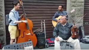 Turysta przyłączył się do ulicznych muzyków... To, co stało się chwilę później,