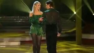 Kobieta łapie go za ramię i odwraca. Ale zwróć uwagę na jego nogi. Niesamowite!