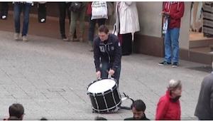 Samotny perkusista zajął miejsce na chodniku. Teraz uważnie patrzcie, kto się po