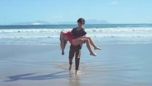 Chłopiec uratował dziewczynkę, jednak koniec tego filmu mocno cię zaskoczy!
