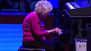 Podczas koncertu muzyk przerwał występ by wpuścić na scenę 98-letnią kobietę. Ot