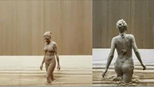 Półnaga kobieta wychodzi z kąpieli błotnej... Przyjrzyj się jej uważnie, a odkry