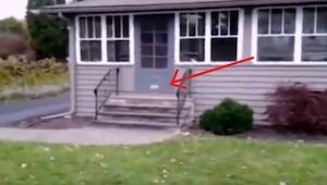 Każdego dnia listonosz próbuje dostarczyć pocztę do tego domu. Zwróć uwagę na dr