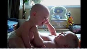 Te bliźniaki przeprowadziły najsłodszą na świecie rozmowę! To nagranie każdego w
