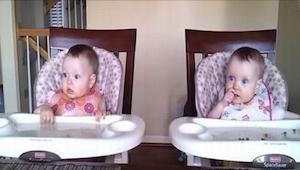 Jedenastomiesięczne bliźniaczki są grzeczne pod jednym warunkiem - ich tato nie