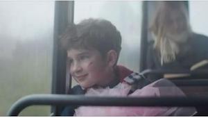Chłopiec z lalką wzbudził śmiech innych dzieci na przystanku, ale kiedy zobaczył