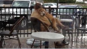 Pewna kobieta potajemnie zrobiła zdjęcie panu, który pojawił się w kawiarni ze s