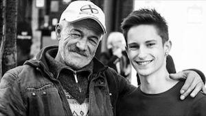 Niektórzy myślą, że to zdjęcie syna z ojcem, ale dla większości mężczyzna stojąc