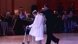 94-latka weszła ledwie weszła na parkiet, ale chwilę później pokazała co naprawd