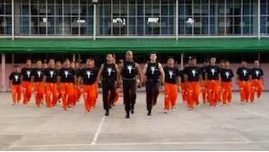 Więźniowie ustawili się w kształcie litery V, a po chwili... Zobaczcie, kto poja
