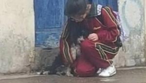 Dziewczyna została potajemnie sfotografowana w momencie, gdy zajęła się tym psem