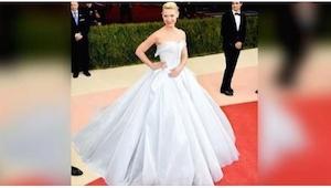 Jej sukienka wyglądała pięknie, ale kiedy zobaczyłam ją w ciemnościach z wrażeni