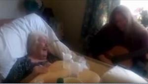Córka zagrała swojej chorej na zanik pamięci mamie w szpitalu. Tego, co się stał