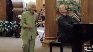 Muzycy zaczęli grać w domu spokojnej starości. Nie spodziewali się czegoś takieg