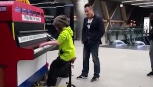 Zabiegani przechodnie przystanęli by zobaczyć jak mała dziewczynka gra na pianin