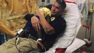 Policjant został sfotografowany w szpitalu z dzieckiem na rękach. Ta historia zd