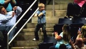 W połowie koncertu chłopiec wchodzi na schody i zaczyna tańczyć... Po 10 sekunda