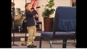 4-latek złapał za mikrofon. W 11 sekundzie wszyscy wstrzymali oddech!