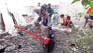 Ryzykując własne życie zszedł do głębokiej studni, to co wyjął na górę porusza d