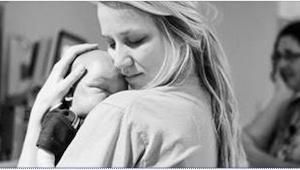 Pielęgniarka trzyma w ramionach umierającego noworodka. To, co napisała na Faceb