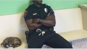 Policjant znalazł porzucone szczenię na ulicy. To, co z nim zrobił, spodoba się