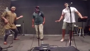 3 dorosłych facetów zaśpiewało cover dziewczęcej piosenki, ale to jak zaśpiewał