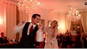 Pan młody poprosił mamę do tańca. Gdy nagle zmieniła się muzyka, wszyscy zaczęli