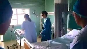 Matka wita swoje nowo narodzone bliźnięta. Kiedy podchodzi bliżej, zauważa TO. N