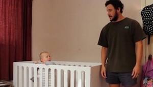 Dziecko patrzy z miłością na swojego tatę. Kiedy słyszy TO zdanie reaguje w zask
