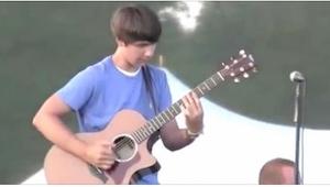 Gdy na scenie pojawił się niepozorny nastolatek, publiczność nieco go wyśmiała..